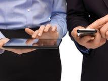 Handen met smartphones en tabletpc Stock Foto's