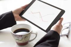 Handen met tablet die diagram analyseren Stock Afbeelding