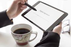 Handen met tablet het ondertekenen Stock Foto's