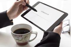 Handen met tablet het ondertekenen Royalty-vrije Stock Afbeeldingen