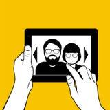 Handen met tabletpc die - foto's kijken Royalty-vrije Stock Foto