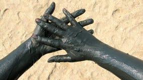 Handen met therapeutische modder worden behandeld die royalty-vrije stock afbeeldingen