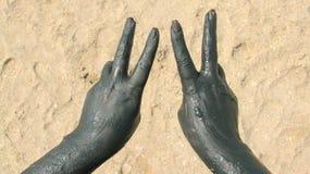 Handen met therapeutische modder worden behandeld die stock foto