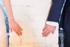Handen met trouwringen die zich naar elkaar uitrekken Royalty-vrije Stock Fotografie