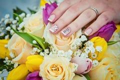 Handen met trouwringen en boeket stock foto's