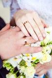 Handen met trouwringen en boeket Royalty-vrije Stock Afbeeldingen