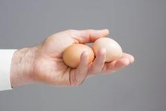 Handen met twee kippeneieren Royalty-vrije Stock Foto