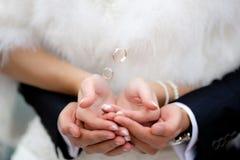 Handen met vliegende gouden ringen Stock Foto's