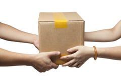 handen om een pakket te ontvangen Stock Afbeelding