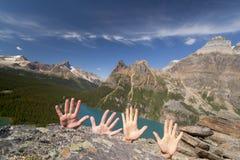 Handen omhoog in bergen Royalty-vrije Stock Afbeelding