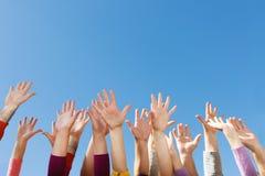 Handen omhoog in de hemel Stock Fotografie