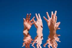 Handen omhoog in de lucht stock afbeelding
