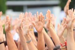 Handen omhoog voor protest en opstand in demonstratiegebeurtenis stock foto's