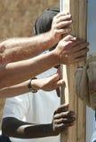 Handen Ondersteunend een Muur Stock Foto