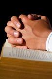 Handen op Bijbel Royalty-vrije Stock Foto