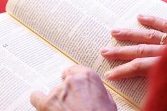 Handen op de bijbel stock foto's