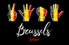 Handen op de vlagachtergrond van België het van letters voorzien met de hand geschreven België rood, Brusselse Stock Fotografie