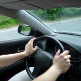 Handen op een stuurwiel Stock Fotografie