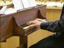Handen op een virginal klavecimbeltoetsenbord Stock Fotografie