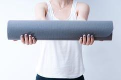 Handen op een yogamat Royalty-vrije Stock Afbeelding