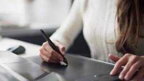 Handen op grafische tablet Geïsoleerdj op witte achtergrond