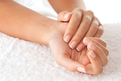 Handen op handdoek Stock Fotografie