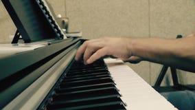 Handen op het close-up van het pianobroodje stock footage