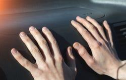 Handen op het luchtkussen stock afbeelding