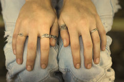 Handen op knieën Stock Foto's