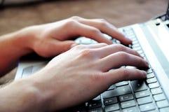Handen op laptop Royalty-vrije Stock Foto's