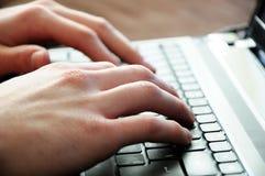 Handen op laptop Stock Foto