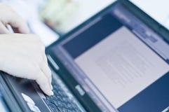 Handen op laptop computer Royalty-vrije Stock Fotografie