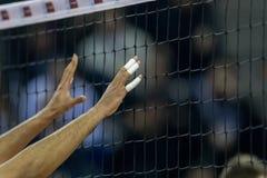 Handen op netto tijdens het Helleense spel van de Volleyballliga royalty-vrije stock foto