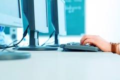 Handen op toetsenbord Stock Afbeelding