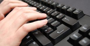 Handen op toetsenbord royalty-vrije stock fotografie