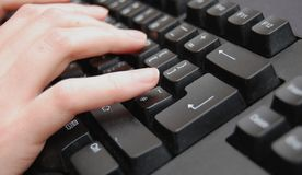 Handen op toetsenbord stock foto's
