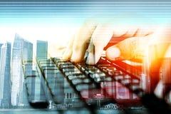 Handen op toetsenbord, Concepteninvoer van gegevens Stock Fotografie