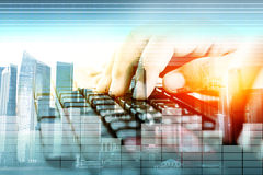 Handen op toetsenbord, Concepteninvoer van gegevens Stock Afbeelding