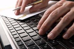 Handen op toetsenbord van computer Stock Foto's