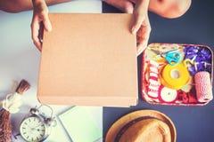 Handen open doos en bloem, klok, hoed rond de doos royalty-vrije stock afbeelding