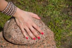 Handen på stenen Arkivfoto