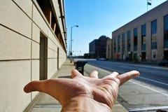 handen pekar långt royaltyfri fotografi