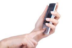 handen rymmer den mobila telefonen Fotografering för Bildbyråer