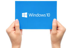 Handen rymmer den Windows 10 logotypen Arkivfoto