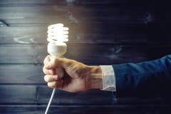 Handen rymmer en glödande ljus kula Idérik idé i affär Arkivbilder