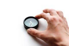 Handen rymmer en kompass closeup Isolerat på en vit backgroun royaltyfri bild