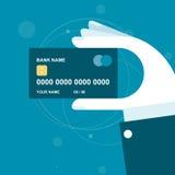 Handen rymmer kreditkorten Royaltyfri Foto