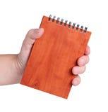 handen rymmer mananteckningsbok s Arkivbild