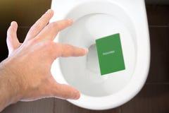 Handen rymmer passet för medborgare` s över toaletten, kastar ut hans pass Begrepp - ändring av medborgarskap, förlust av passet, fotografering för bildbyråer