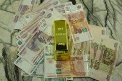 Handen rymmer ryss 5000 rubel sedlar på närbild för bakgrund för dollarräkningar Arkivfoto